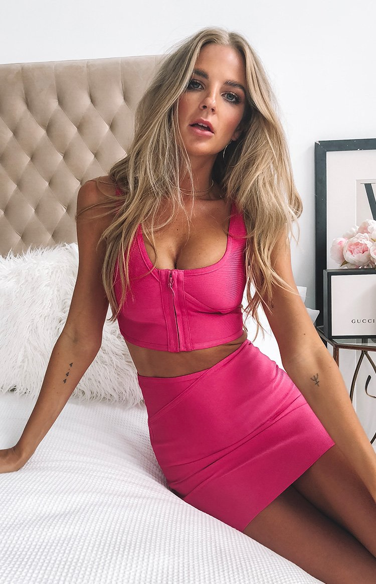 https://files.beginningboutique.com.au/Yzi+Bandage+Skirt+Hot+Pink.mp4
