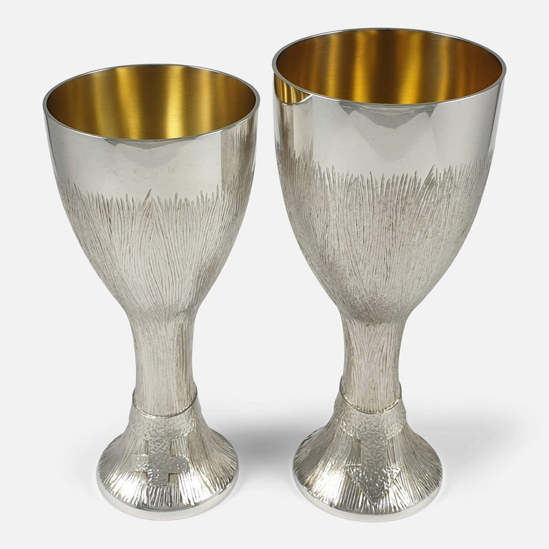the two cups viewed from the front