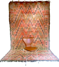 Load image into Gallery viewer, Moroccan vintage berber rug from Beni Mguild sold by Eco from the past - Magic Brownie