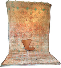 Load image into Gallery viewer, Moroccan vintage berber rug from Beni Mguild sold by Eco from the past - Mother Earth