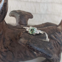 Platinum Art Deco Demantiod green Garnet & diamond Ring