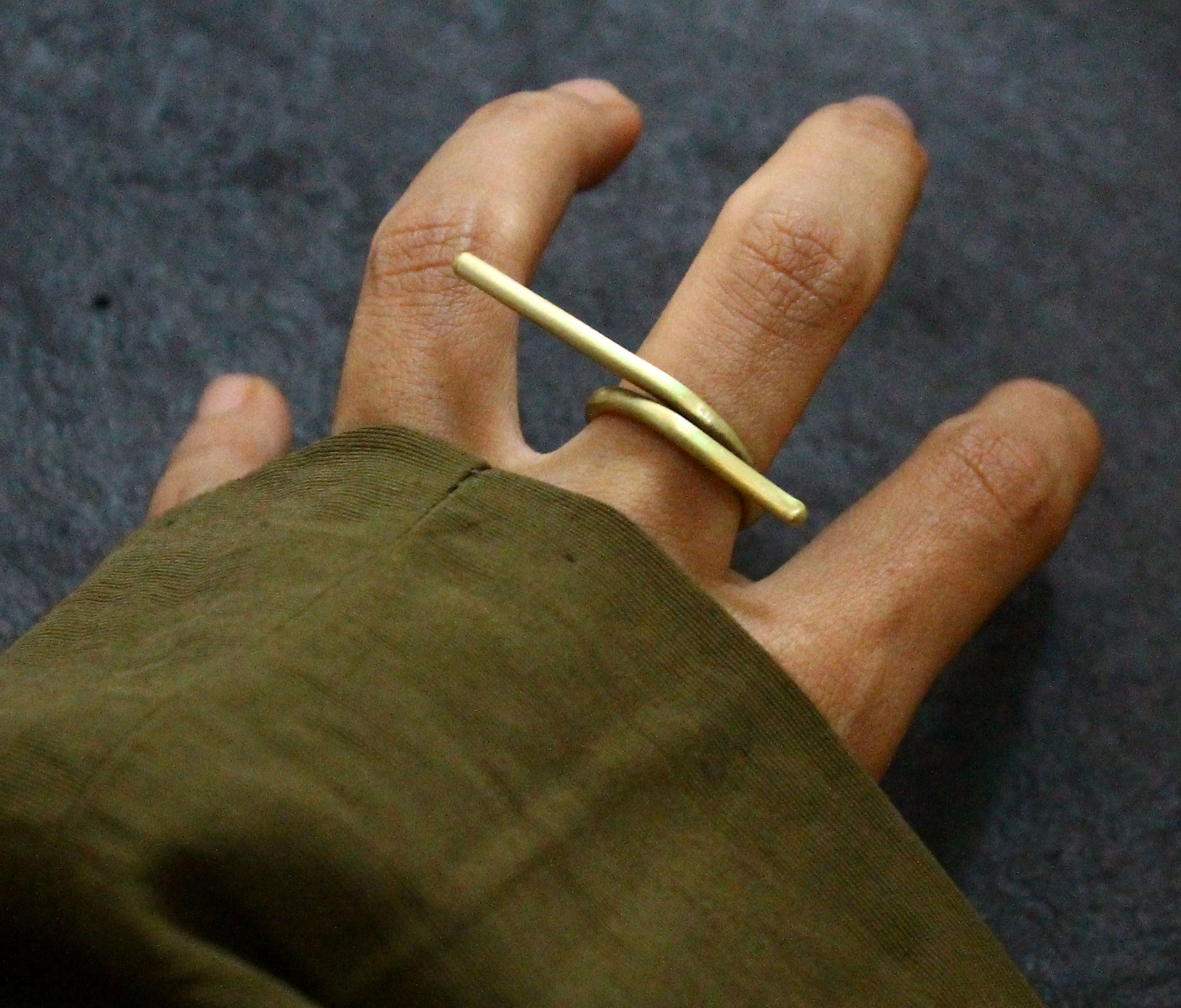 sinuous finger ring