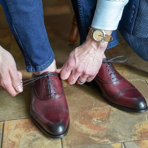 Oxblood oxford shoes with blue jeans