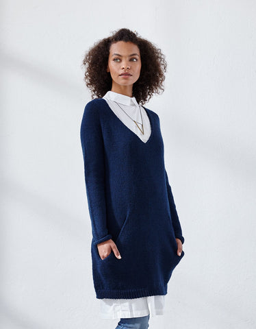 Hillary Version A // This easy, slouchy tunic is wonderfully cozy to wear. The diagonal free-hanging pockets are knitted seamlessly as you go, so when you are finished knitting, you only need to close the underarm gap and add, if you like, a neckline ribbing.