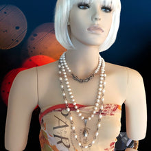 Load image into Gallery viewer, Short Pearl Necklace With Rope Chain Front