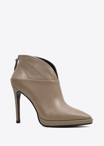 Lola Cruz Isabel Boots in Taupe