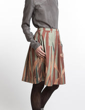 Laden Sie das Bild in den Galerie-Viewer, Pleated skirt with leave print