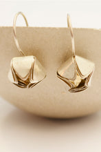 Laden Sie das Bild in den Galerie-Viewer, Silver Flower Earring Geometric