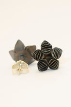 Laden Sie das Bild in den Galerie-Viewer, Black Flower Studs