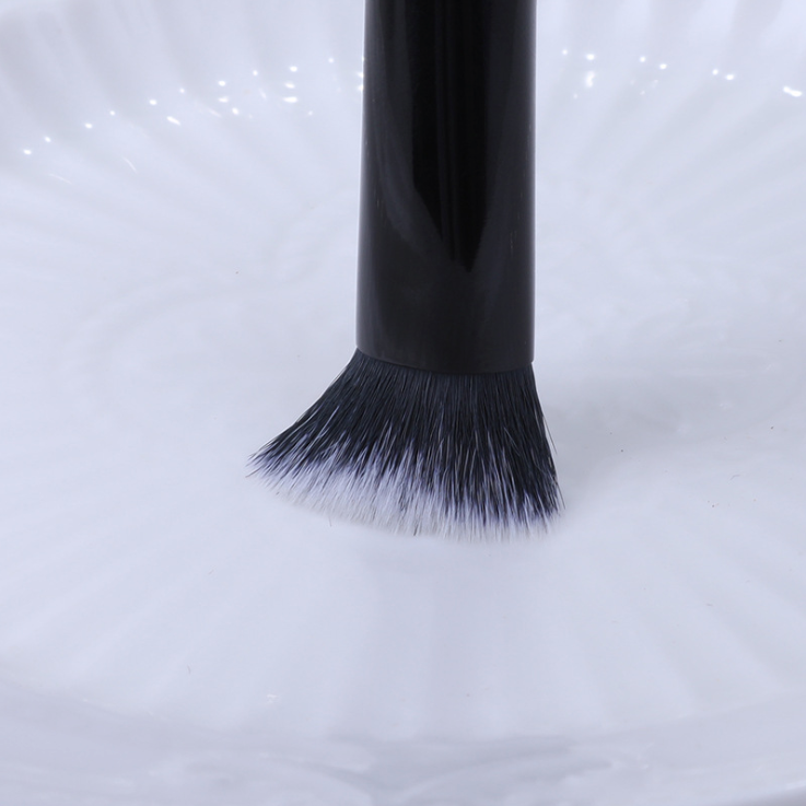 Kat Von D Lock-It Edge Concealer Brush #40