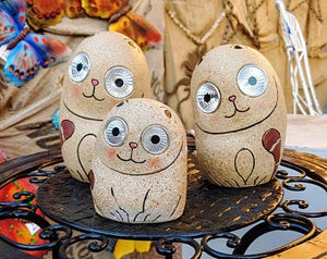 SOLAR-POWERED, CERAMIC CAT FAMILY GROUP HAS 6 INCH, 5 INCH, AND 4 INCH TALL ANIMALS. THEY ARE SITTING ON A ROUND, METAL STAND. THEIR BODYS ARE LIGHT TAN WITH A BROWN TAIL THAT WRAPS AROUND THEIR LEGS. THEY HAVE A HAPPY FACE DESIGN. CLEAR GLASS EYES LIGHT UP.