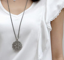 Load image into Gallery viewer, Flower Crystal Necklace