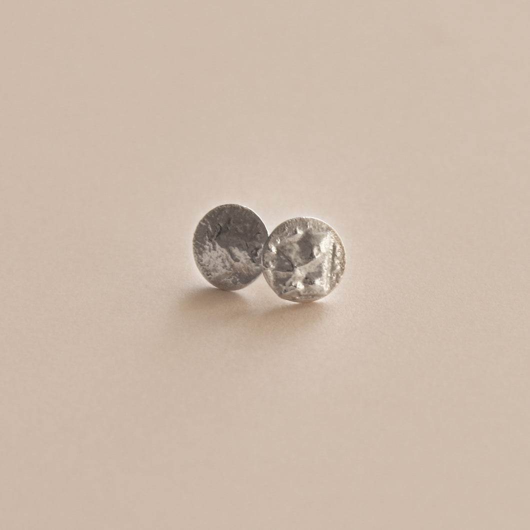 Sculpted small ear studs