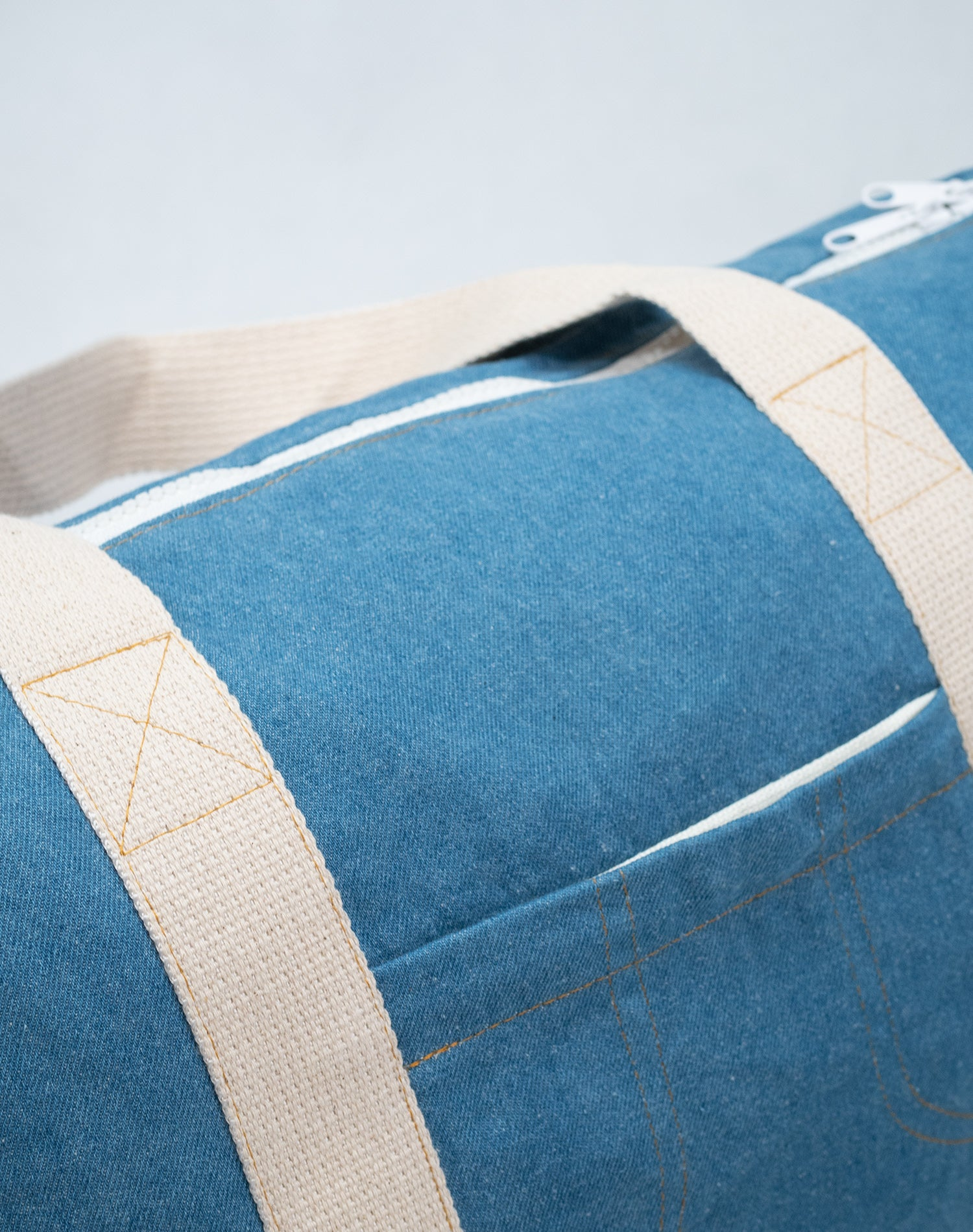 Powder Blue Canvas Street Duffel Bag.粉藍系帆布行李袋