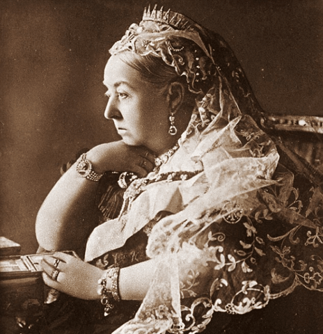 Moon and Lola Blog - Queen Victoria wearing a charm bracelet