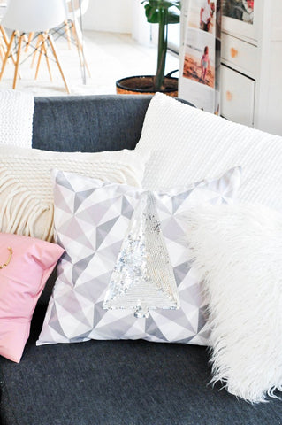 http://theproperblog.com/diy/diy-holiday-sequin-pillows/?crlt.pid=camp.jhJoq0OQb6lv