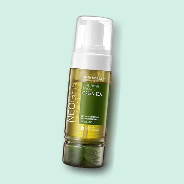 Rich in antioxidants, this lightweight and gentle NEOGEN Real Fresh Foam Green Tea foaming cleanser delivers a hydrating effect while cleansing the skin thoroughly. It is infused with various skin-friendly ingredients, such as real fermented green tea leaves, which give your complexion a healthy and bright glow.