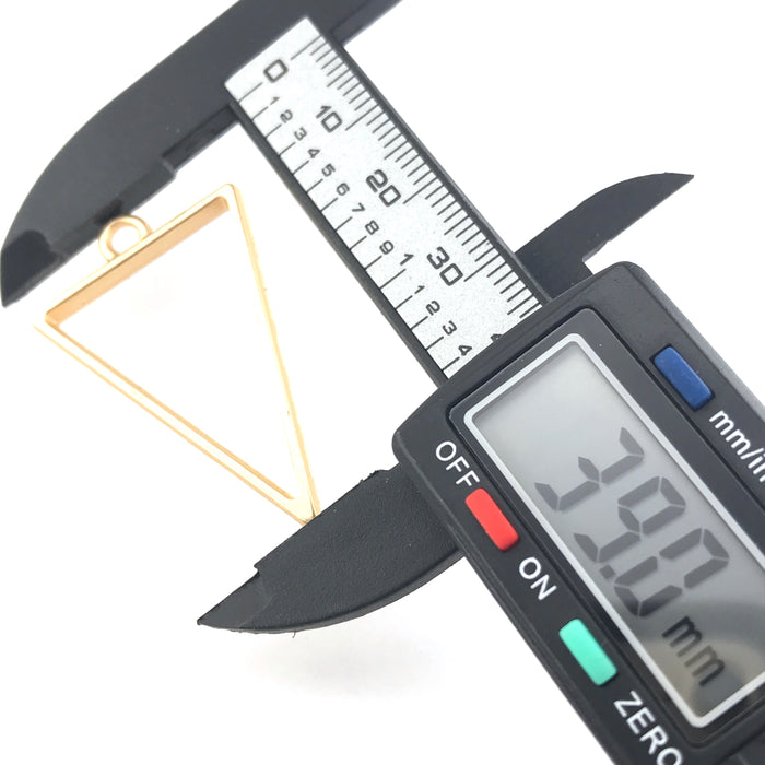 gold colour triangle open bezel  on a digital ruler that reads 39mm