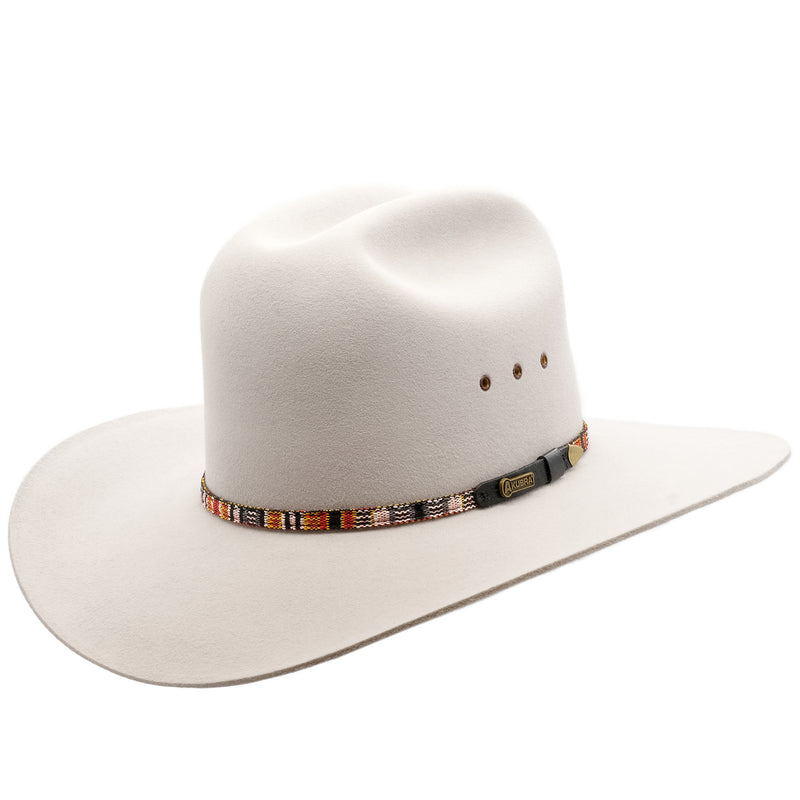 Angle view of the Akubra Bronco hat in Quartz colour