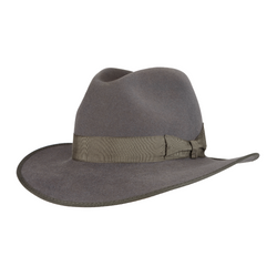 Angle view of Akubra CEO hat in Cruiser Grey colour.