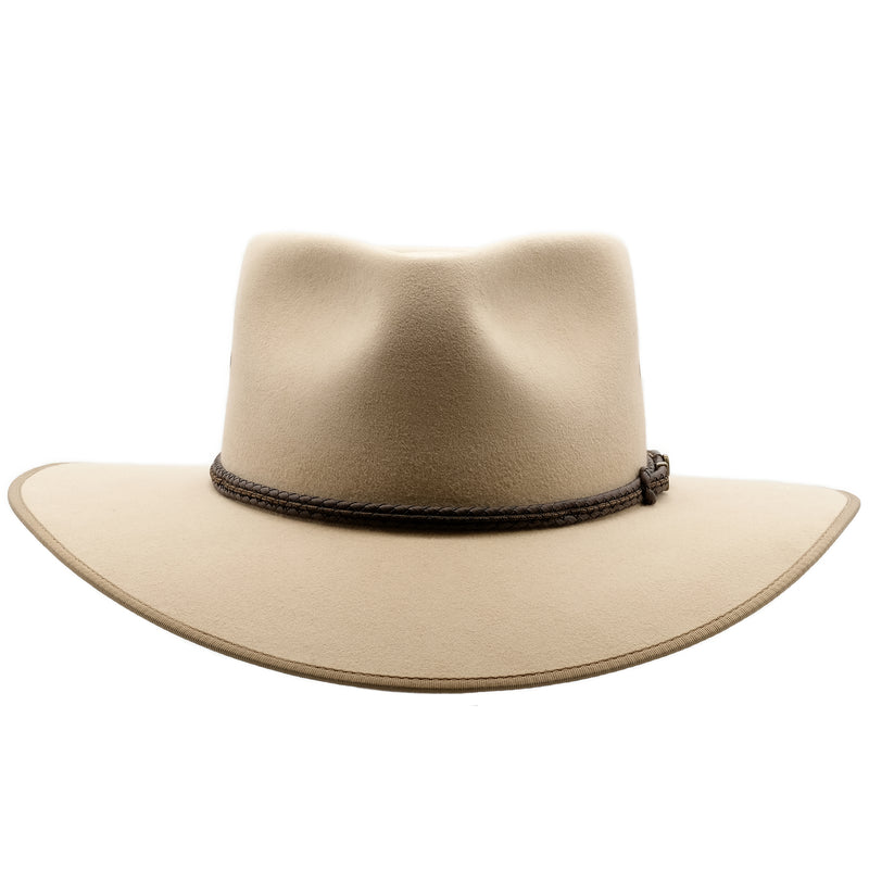Front view of the Akubra Cattleman hat in sand colour