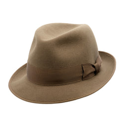 Angle view of the Akubra Hampton hat in Acorn fawn colour