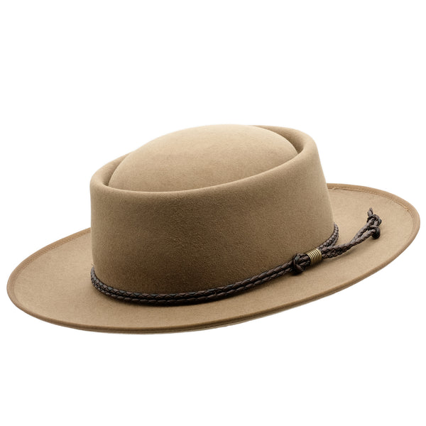 Angle view of the Akubra Pastoralist hat in Tawny Fawn colour