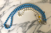 Load image into Gallery viewer, upbeads the eye hellblau Holzkugel lavan weisse perlen beads Handykette Holzperlenkette Holzperlen cellphone chain keychain wooden bead chain