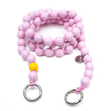 Laden Sie das Bild in den Galerie-Viewer, upbeads Rosie crossbody rosa pink Handykette Holzperlenkette Holzperlen cellphone chain keychain wooden bead chain