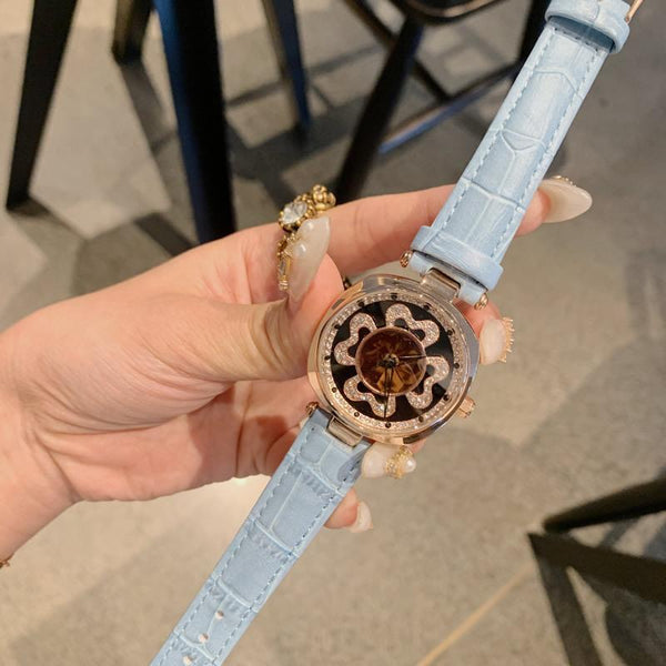 Trendinggate.com gray DACRNew fashion trend leather strap with four-leaf clover runs dial crystal face watch Korean version