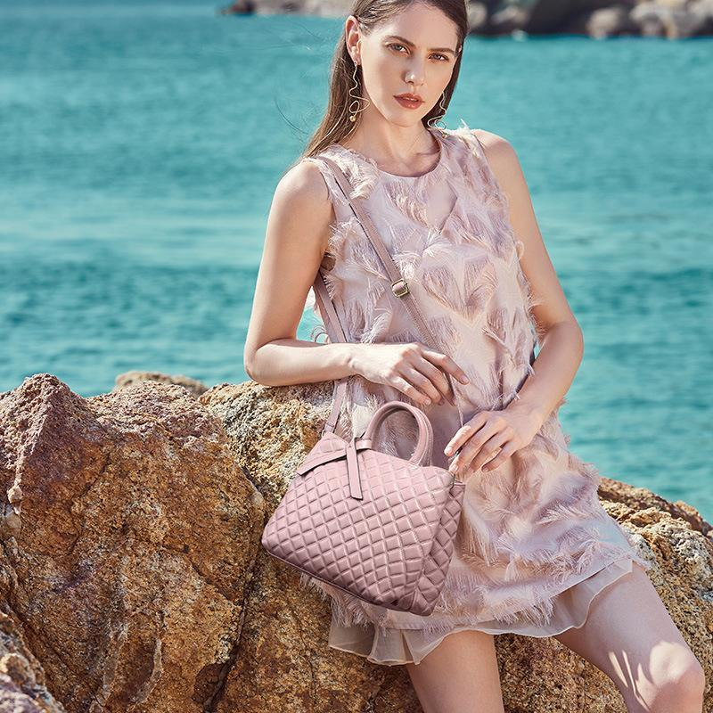 Trendinggate.com The new autumn and winter handheld large capacity women's bag with one shoulder slanted large bag and one shoulder bag with a large shoulder in the first layer of cowhide rhombus women's bag in autumn and winter.