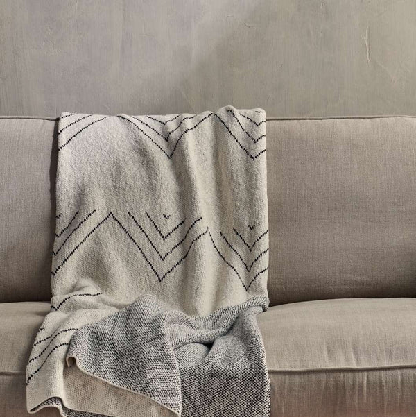 Kosumi Peak throw in white cotton with black zig zag pattern