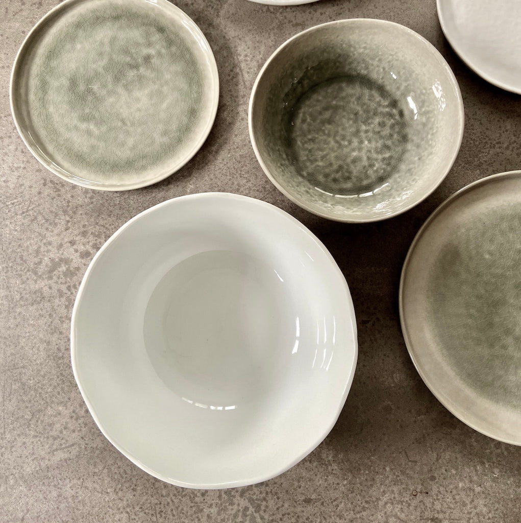 grey and white bowls