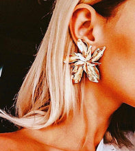 Load image into Gallery viewer, Lilly Flower Earrings