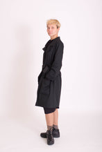 Laden Sie das Bild in den Galerie-Viewer, Fair fashion bio fair Trenchcoat KOLO Berlin Streetwear gender neutral design urban wear kleidung online shop