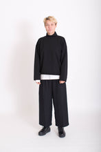 Laden Sie das Bild in den Galerie-Viewer, 7/8 Hose cropped pants  KOLO Berlin urban wear streetwear gender neutrale kleidung clothing made in berlin schwarz black tencel sweat fair fashion online shop unisex design mode