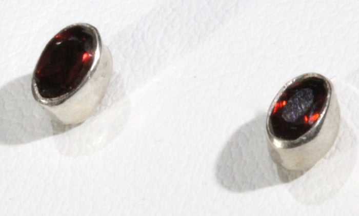 Garnet stud earring (faceted oval)