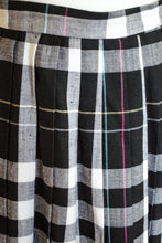 Load image into Gallery viewer, Vintage 70s Black Plaid Pleated Skirt / S-M