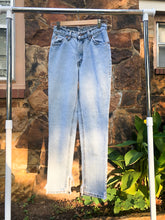 Load image into Gallery viewer, Vintage Levis Light Wash 512 Jeans / 27W, 28L