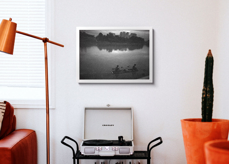 Aeron Denver Delos Reyes Fishing In The River - Print Poster DinA3 mit Rahmen (weiss) - Street Photography