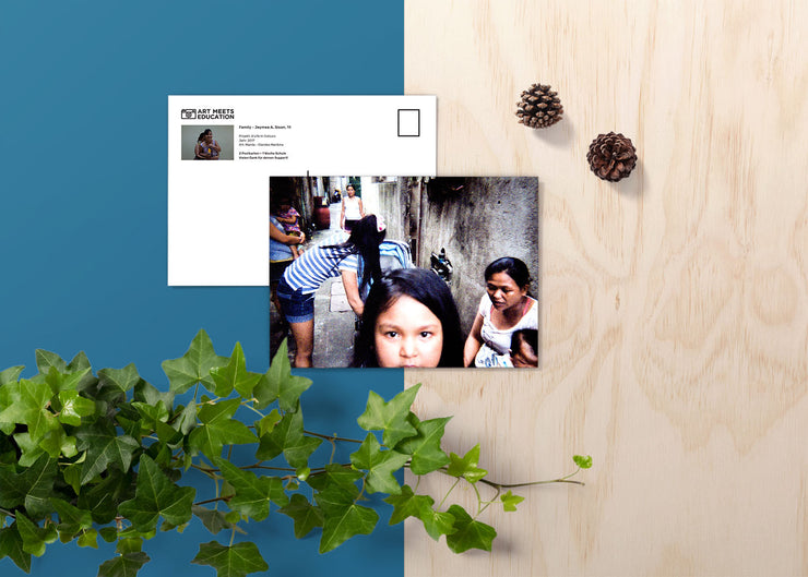 Jeymee A. Sison Family - Print Postkarte - A Life In Colours