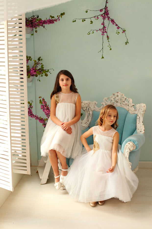flower girls in white tulle dress for wedding