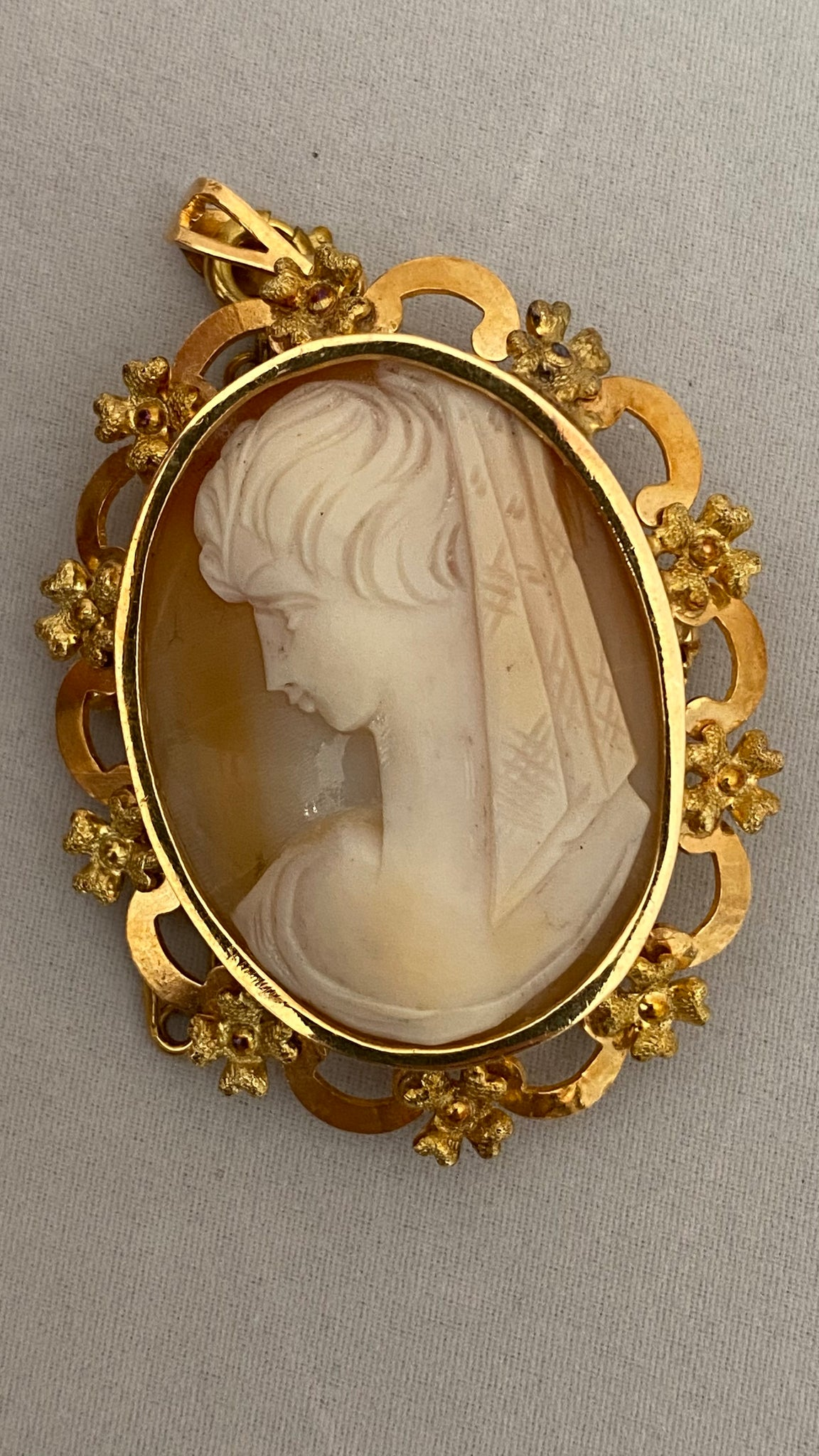 Italy 725 Gold Cameo Brooch c.1950