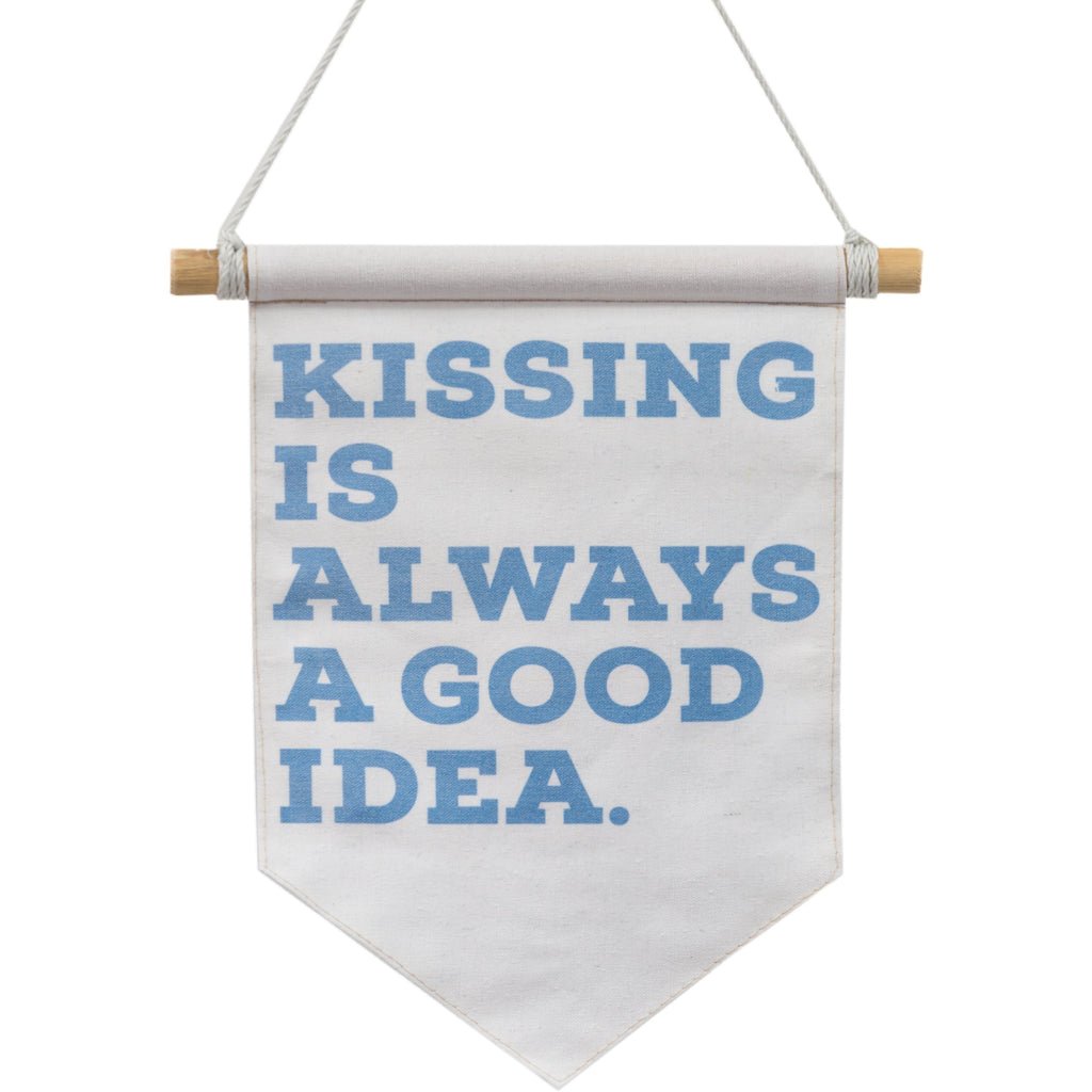 "Banderola ""Kissing is always a good idea"""