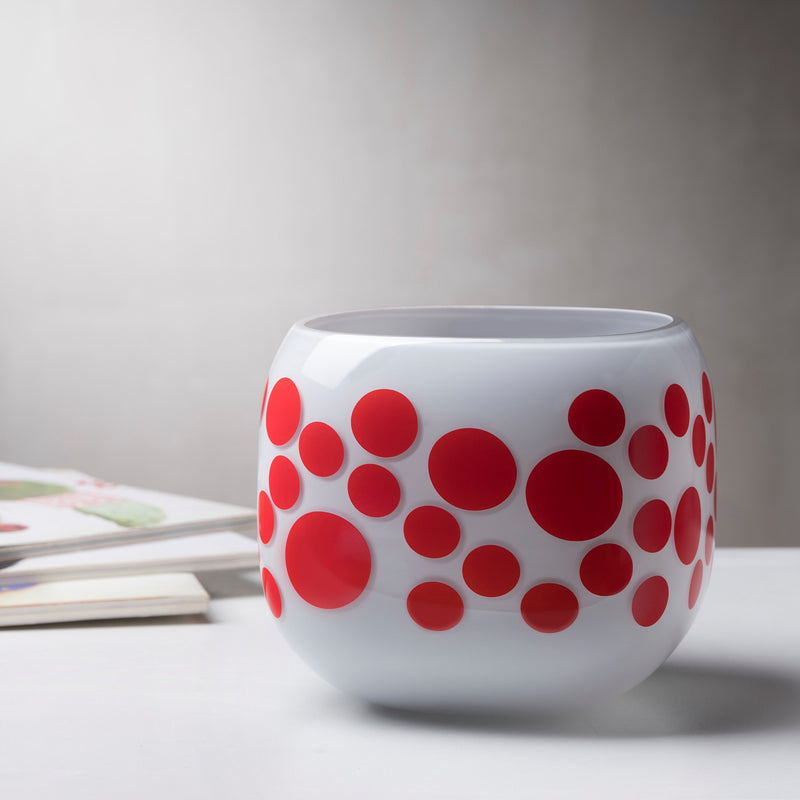 Mono Box Vase Iris Apfel Red Dotted on table