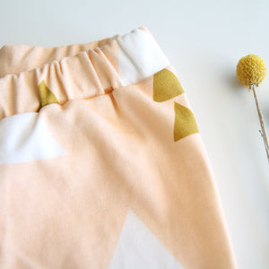 Legging doux et confortable en coton bio pêche, triangles blancs et moutarde