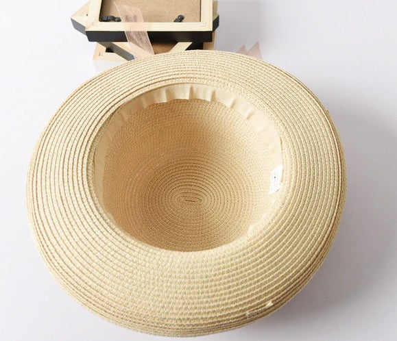 Summer straw hat with thin flower garland