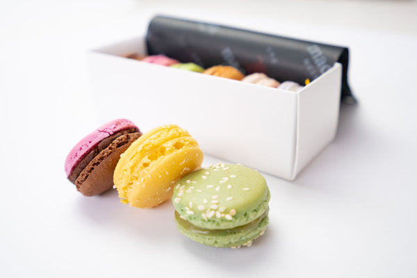 6 macarons of different flavours with packaging