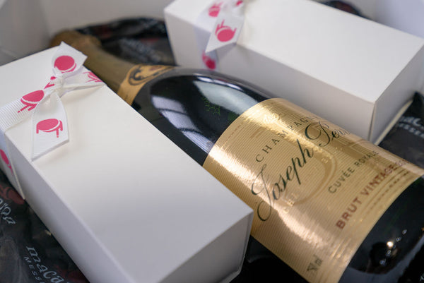 Champagne and 12 macarons in a gift hamper