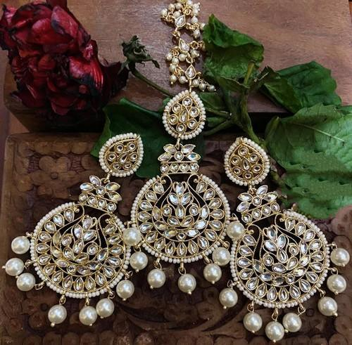 Round Chand Earrings And Teeka Set